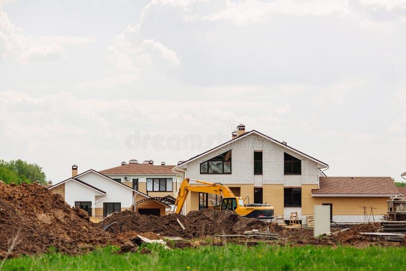 Oavslutat europeiskt hus av tegelsten, fortfarande under konstruktion arkivfoto