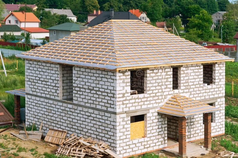 Oavslutat hus av vit tegelsten, konstruktion av taket av huset arkivbilder
