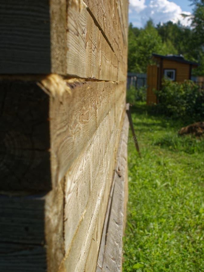 Oavslutat hus från en stång i sommaren arkivfoto