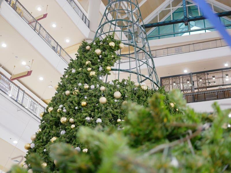 Oavslutat julträd som är byggt och får klart för att ferien ska komma fotografering för bildbyråer