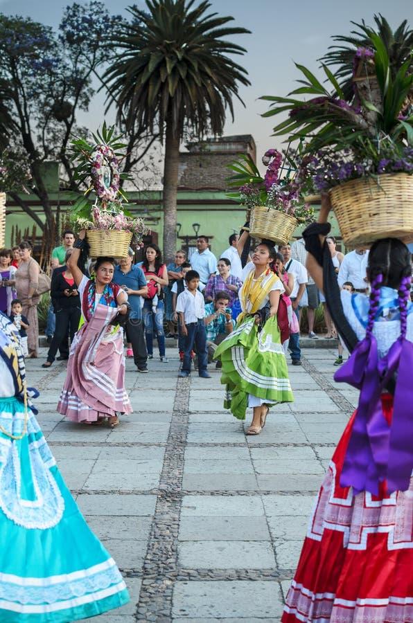 OAXACA DE JUARES, MEKSYK, 09 2016 KWIECIEŃ: Meksykańscy młodzi tancerze fotografia royalty free