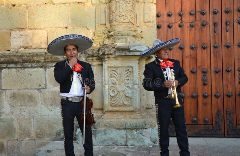 Oaxaca, México 3 de noviembre de 2016: Los cantantes del Mariachi llevan una rotura del canto la broma alrededor fotografía de archivo libre de regalías