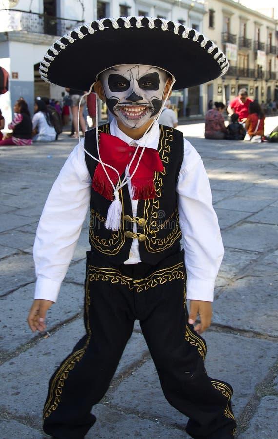 Oaxaca, Messico 31 ottobre 2016 - un giovane ragazzo si è agghindato per il giorno dei morti immagini stock