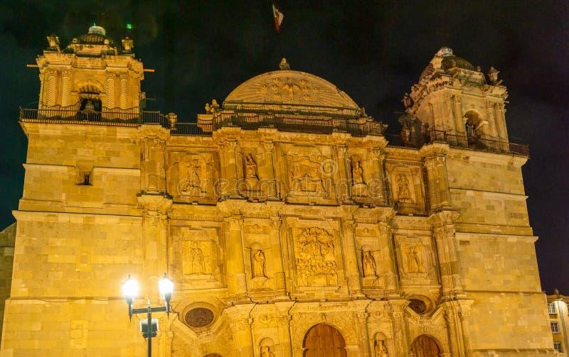 Oaxacaarchitectuur bij nacht, Mexico stock foto