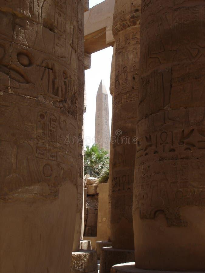 Obélisque au temple de karnak images libres de droits