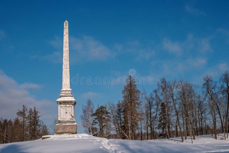 Obélisque de Chesma en parc de Gatchina Jour ensoleillé du ` s d'hiver image libre de droits