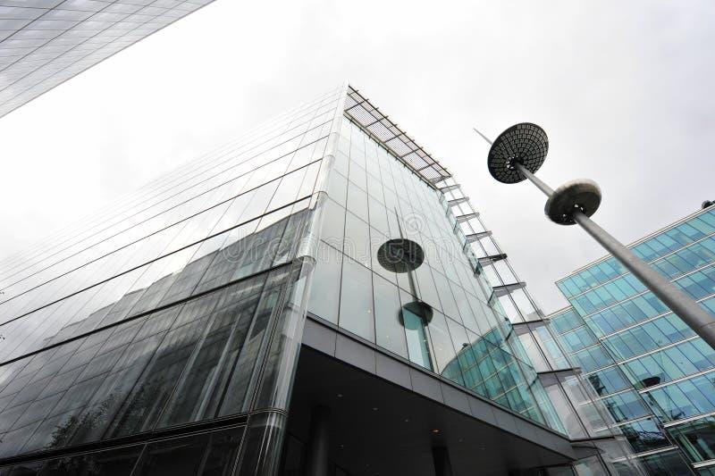 Obélisque et construction moderne image stock