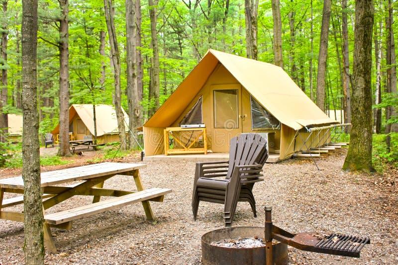 obóz przygotowywający namiot zdjęcie royalty free