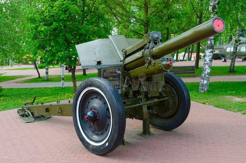 obús divisional 122-milímetro de 1938 M-30 modelo en el callejón de la gloria militar en el parque de ganadores, Vitebsk, Bielorr imagen de archivo