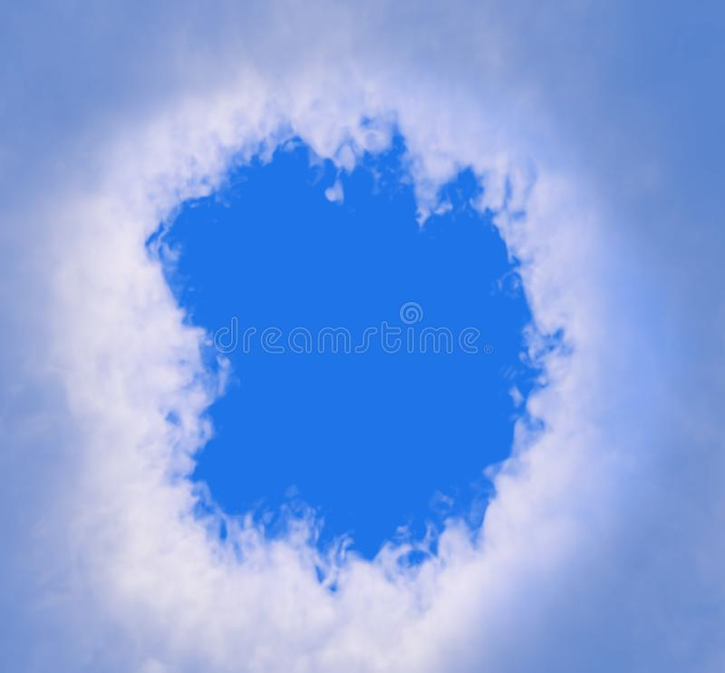 Obłoczna dziura z niebieskim niebem w tle zdjęcie stock