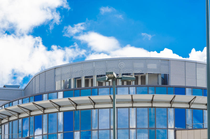 Obłoczna odbicie budynku biurowego fasada zdjęcie stock