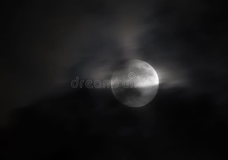 Obłoczna pokrywa podczas częściowego księżycowego zaćmienia przy 20:51: 09 na 25 2013 Kwietniu, Bahrajn obraz stock