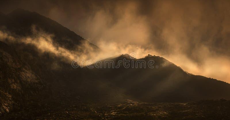 obłoczne dramatyczne lekkie góry Welsh zdjęcie stock