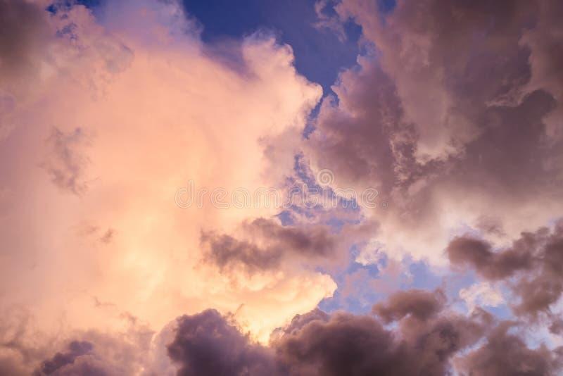 Obłoczny majestatyczny kolorowy na niebie fotografia stock