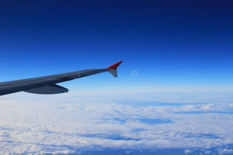 Obłoczny niebo widok od lotniczego samolotu okno obok skrzydła obraz stock