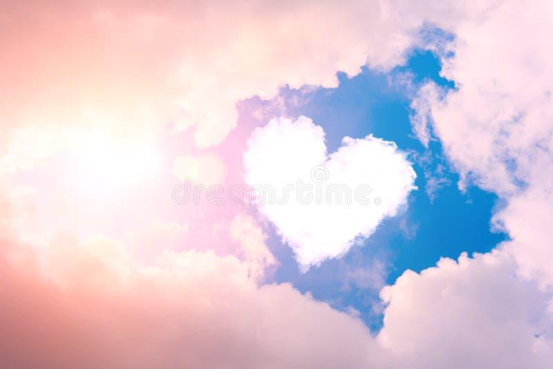 Obłoczny serce w niebie w świetle słonecznym i chmurach zdjęcia royalty free