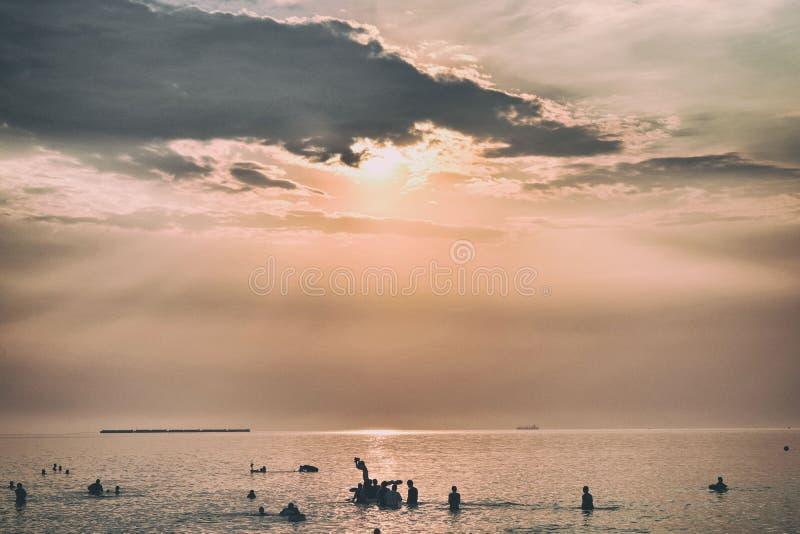 Obłoczny zmierzch na morzu obrazy royalty free