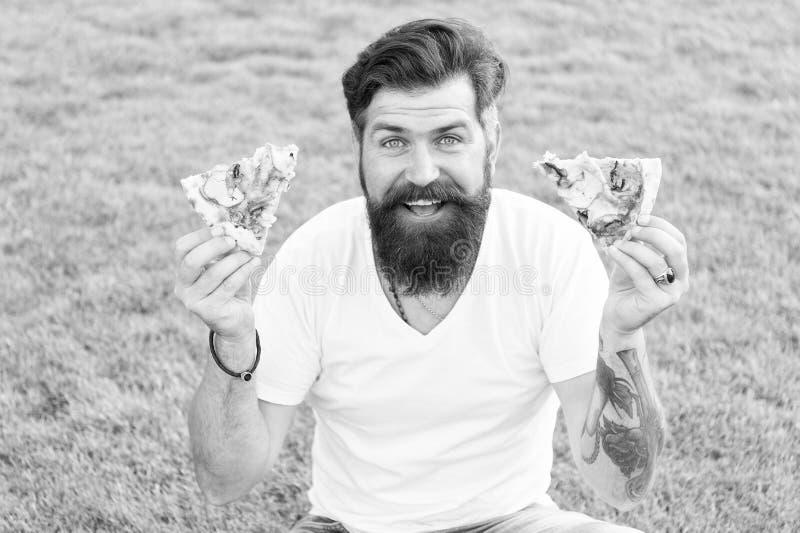 Oba kawałki dla mnie Człowiek brodaty hipster jedzący pyszną pizzę Chwalebny facet je pizzę Koncepcja pikniki letniej kaukaski obraz royalty free