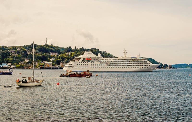Oban,英国- 2010年2月20日:水上艺术在沿山海岸游轮的海和帆船在海 免版税库存照片
