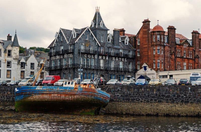 Oban, Reino Unido - 20 de febrero de 2010: arquitectura del naufragio y de la ciudad a lo largo del muelle del mar Bah?a con las  imagen de archivo libre de regalías