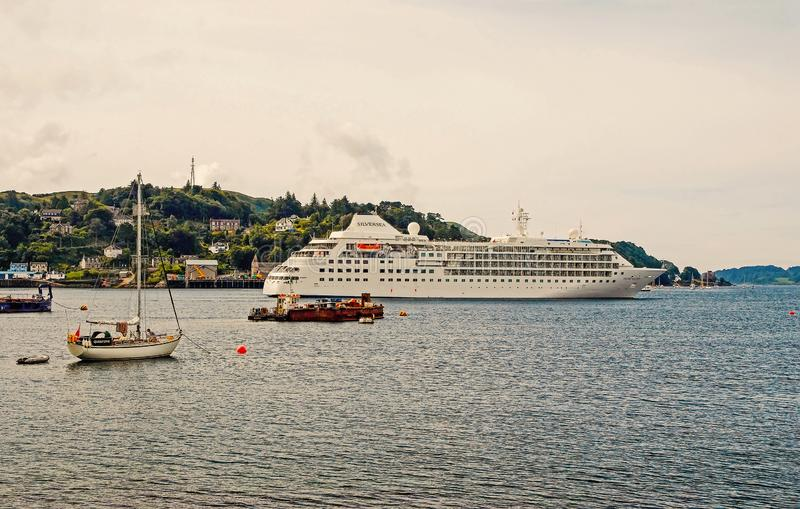 Oban, Royaume-Uni - 20 f?vrier 2010 : les navires en mer le long de montagne marchent le bateau de croisi?re et les bateaux ? voi photos libres de droits