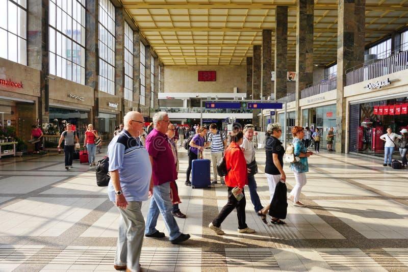 OBB entrena en Austria en la estación en Viena imagen de archivo