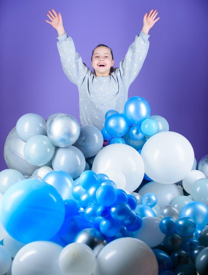 Obcecado com balões de ar Tendo o divertimento Partido do tema dos balões Menina entre balões de ar Festa de anos O dia das crian fotografia de stock