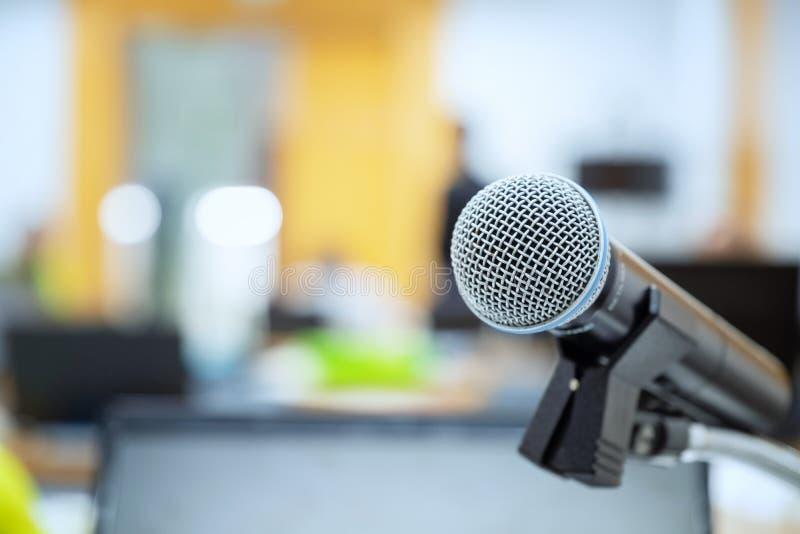 Obchodzi się mikrofon w pokojów konferencyjnych tło, sala konferencyjna ja zdjęcia royalty free