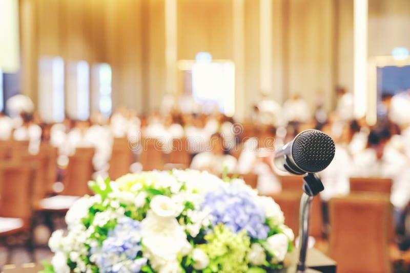 Obchodzi się mikrofon w pokojów konferencyjnych tło, sala konferencyjna ja fotografia royalty free