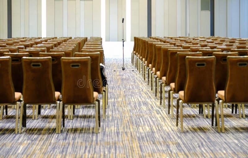 Obchodzi się mikrofon w pokojów konferencyjnych tło, sala konferencyjna ja zdjęcie royalty free