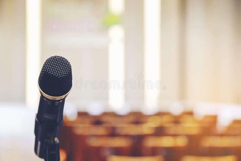 Obchodzi się mikrofon w pokojów konferencyjnych tło, sala konferencyjna ja obrazy stock