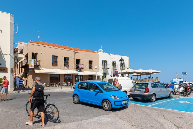 Obciosuje przy centrum miasteczko z parkującymi samochodami i chodzącymi turystami Crete wyspa zdjęcie royalty free