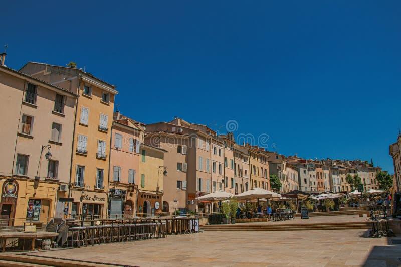 Obciosuje z kolorowymi budynkami i restauracyjnym parasolem w Provence obrazy stock