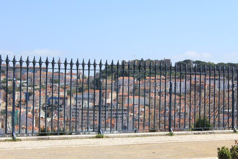Obciosuje z panoramicznym widokiem na Lisbon, Portugalia obraz stock