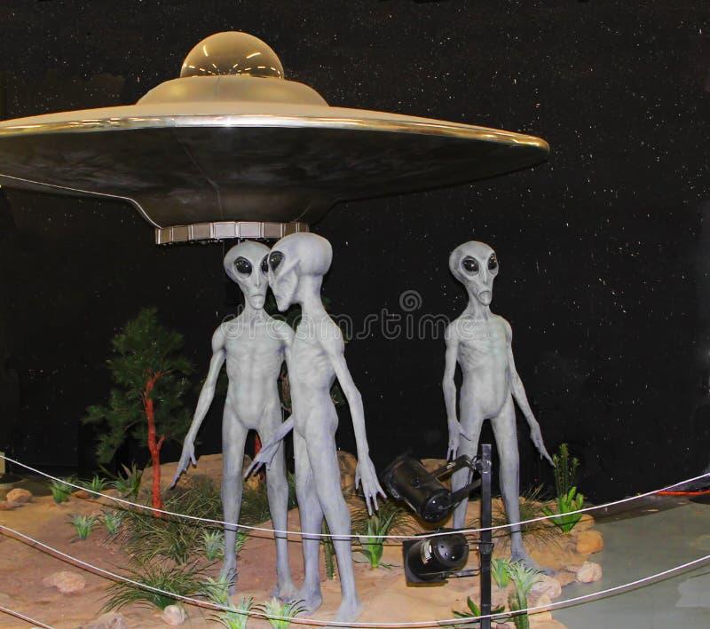 Obcy eksponat przy Międzynarodowym UFO muzeum i Badawczy centrum w Roswell zdjęcia stock