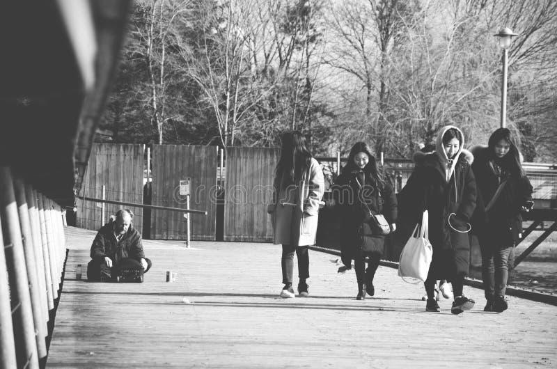 Obdachlose auf Park tapezieren lizenzfreie stockfotografie