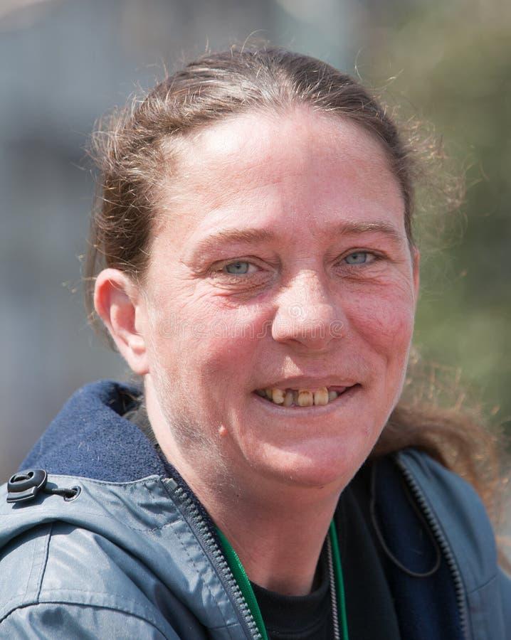 Obdachlose Frau mit den schlechten Zähnen lizenzfreie stockfotos