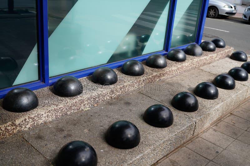 Obdachlose Spikes feindselige Architektur Straßenmöbel defensiv gegen Obdachlose entworfen stockfotos