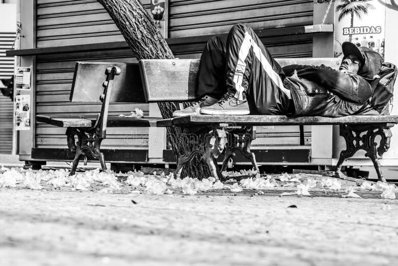 Obdachloser in der Stadt - Schwarzweiss stockbild