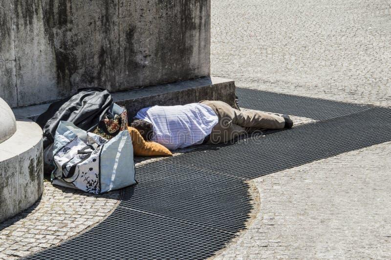 Obdachloser Geschäftsmann, der auf der Straße schläft lizenzfreies stockfoto
