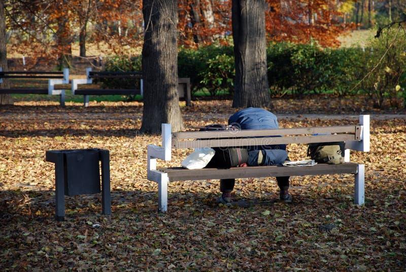 Obdachloser im Park stockbild
