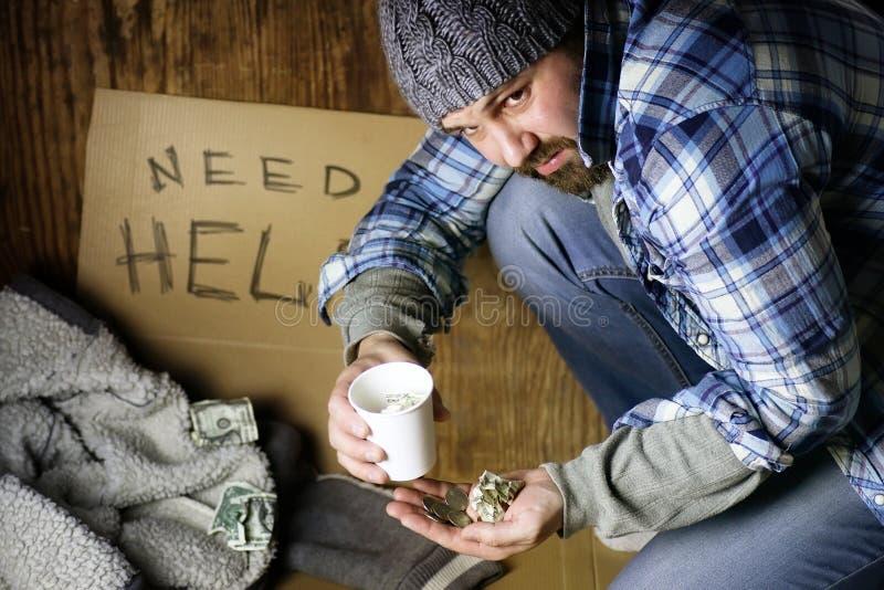 Obdachloser Mann bitten um Hilfe stockbilder