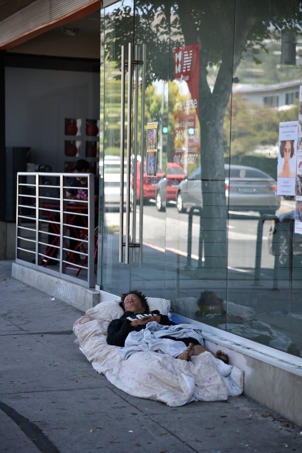 Obdachloser Mann, der auf dem B?rgersteig schl?ft lizenzfreies stockfoto