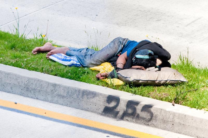 Obdachloser Mann, der auf einem Medianwert in Bogota, Kolumbien schläft stockfotos