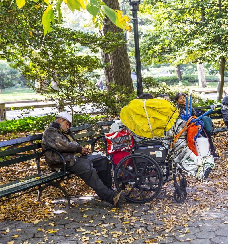 Obdachloser Mann, der in Central Park in Manhattan schläft lizenzfreie stockfotos