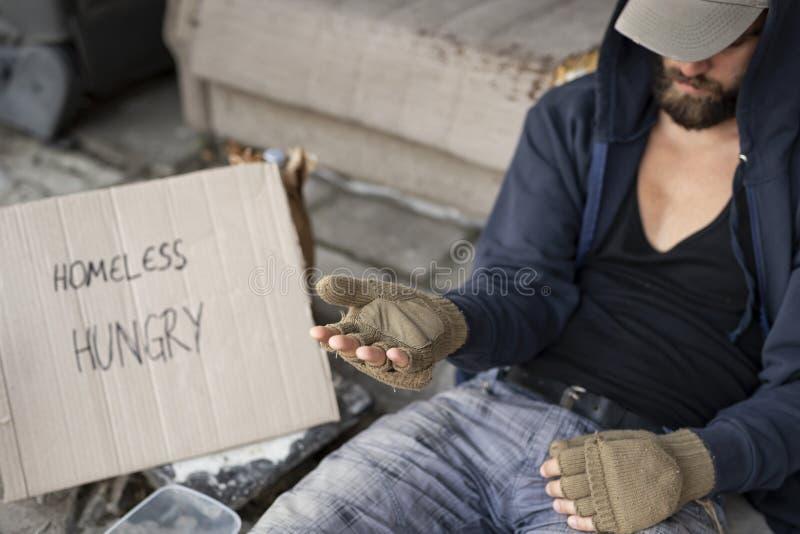 Obdachloser Mann, der um Geld bittet lizenzfreie stockbilder