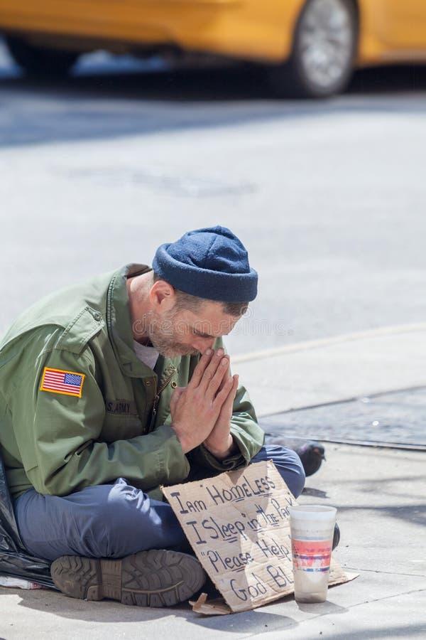 Obdachloser Mann in Midtown Manhattan lizenzfreie stockbilder