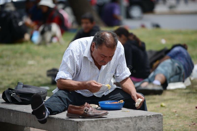 Obdachloser mit Lebensmittel von den Missionaren auf der Straße von Santiago stockfotografie