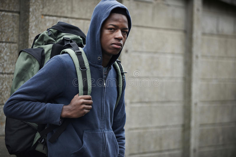 Obdachloser Teenager auf Straßen mit Rucksack lizenzfreies stockfoto