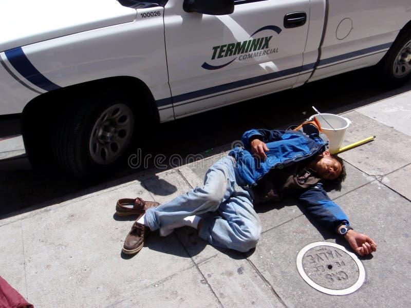 Obdachloserschlaf auf Bürgersteig auf der Straße stockbilder